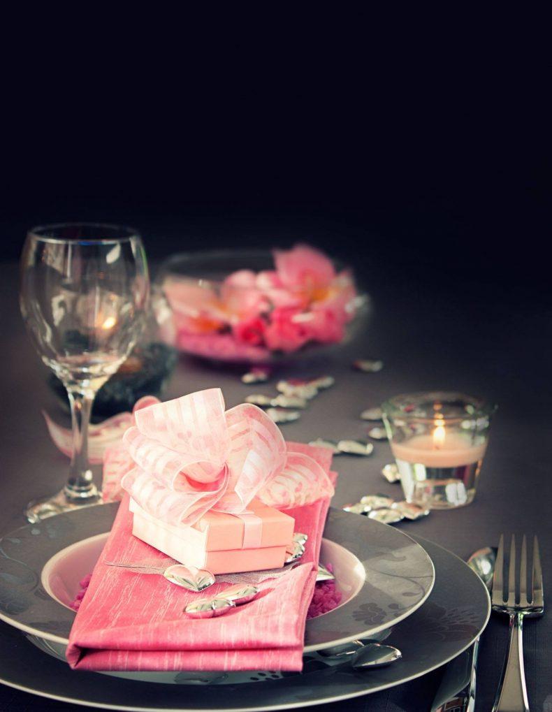 Černo-růžová dekorace svatební tabule