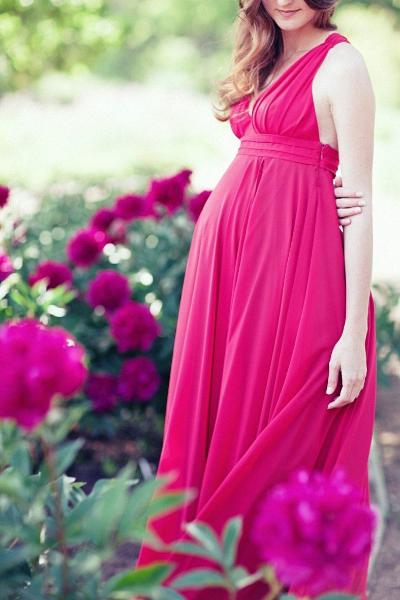 Červené šaty pro svatební matky