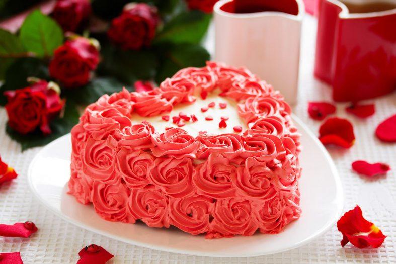 Červeno-bílý svatební dort ve tvaru srdce