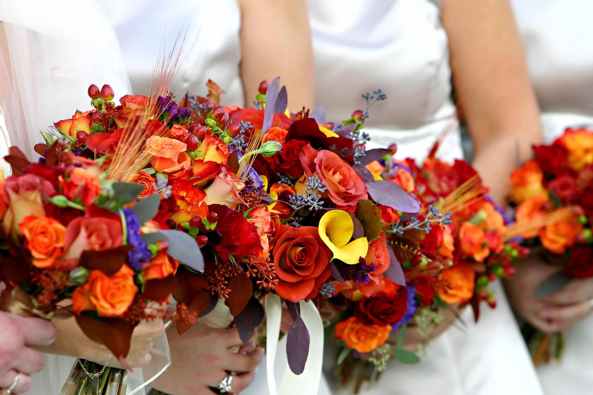 Červeno-oranžové svatební kytice s růřemi a kalami