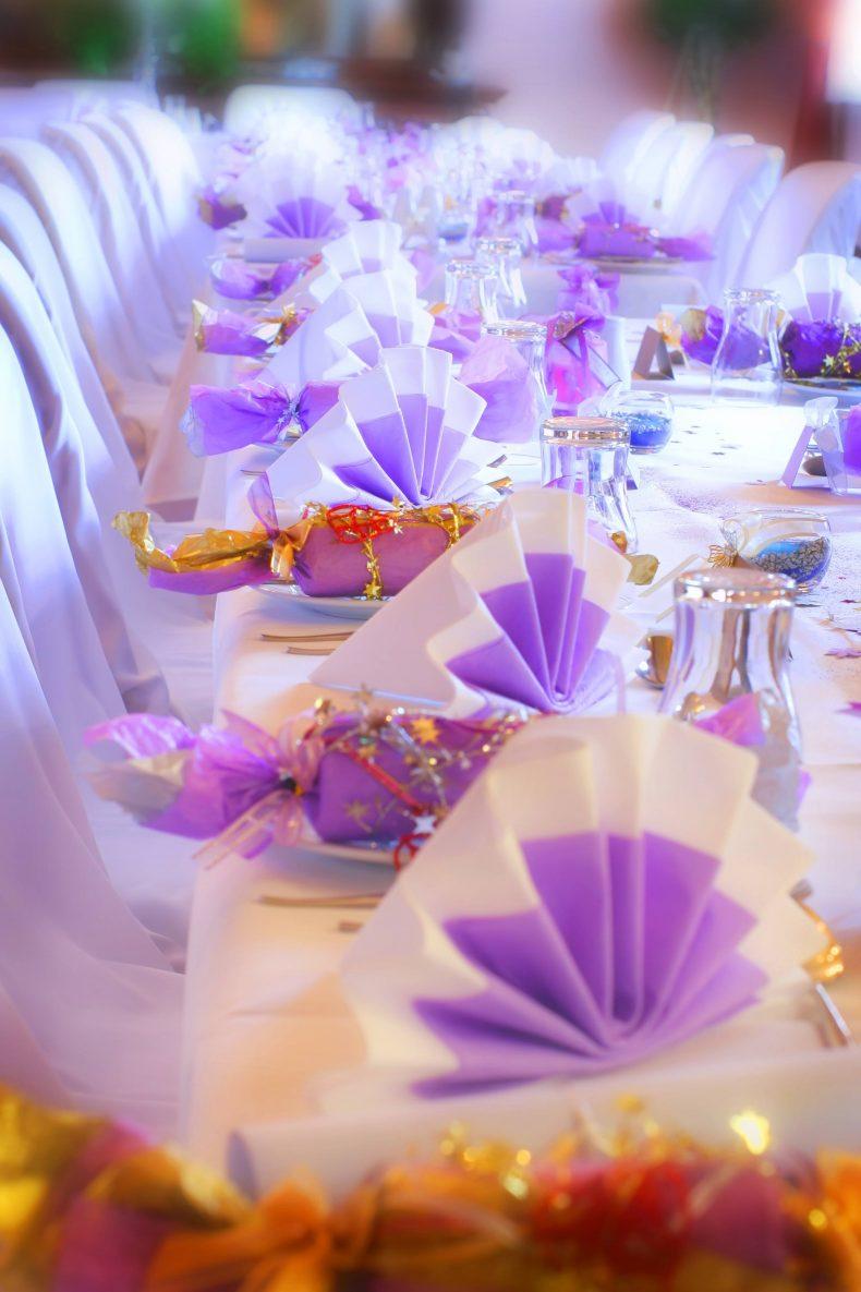 Dekorace svatební tabule s fialovo-bílými ubrousky