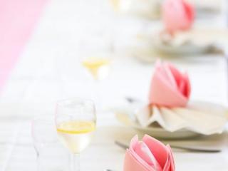 Dekorace z růžových a bílých ubrousků