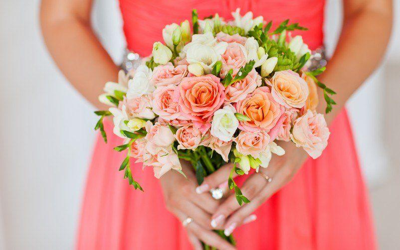 Nevěsta s kyticí drobných růží