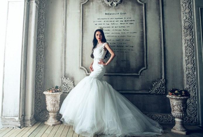 Dlouhé svatební šaty s krajkou