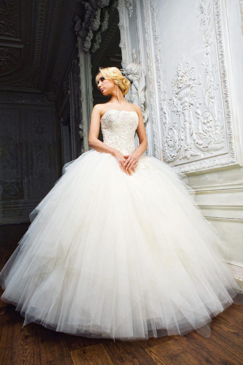 Dlouhé svatební šaty s korzetovým vrškem