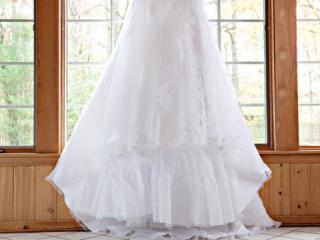 Dlouhé svatební šaty s vyšívaným vzorem