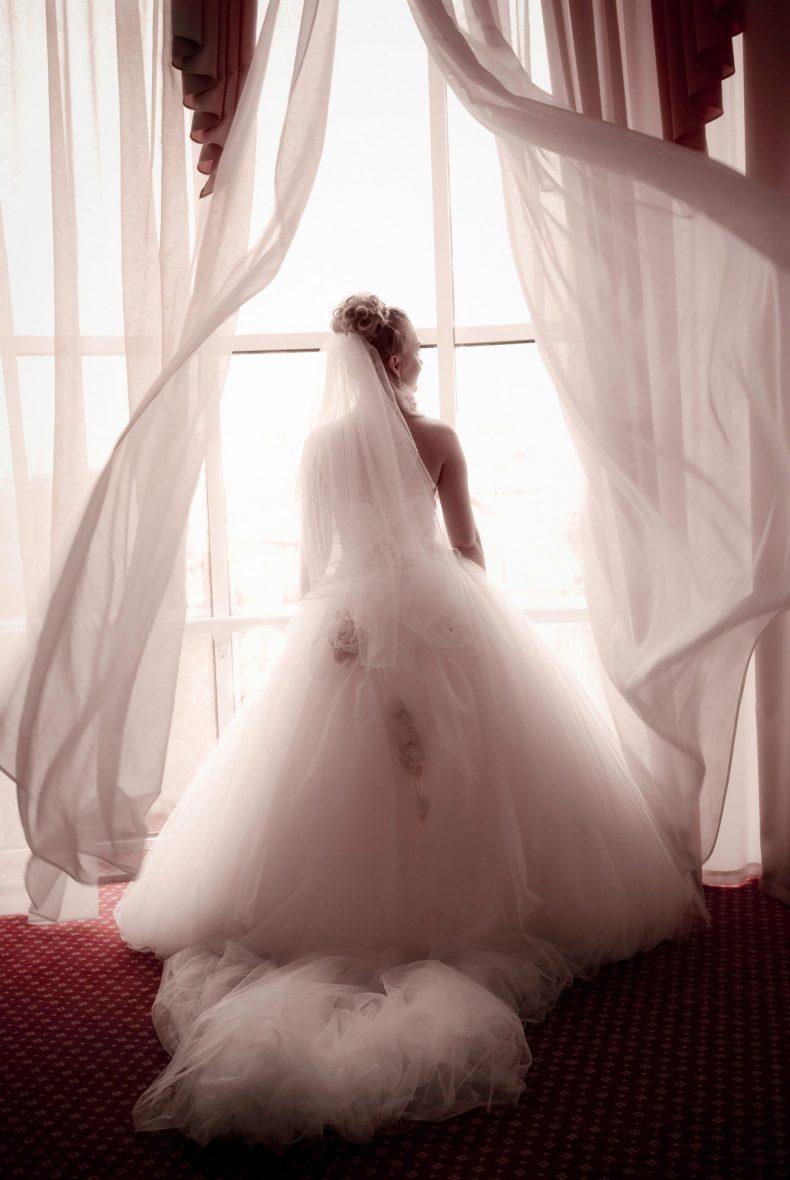 Dlouhé svatební šaty s vlečkou a květy