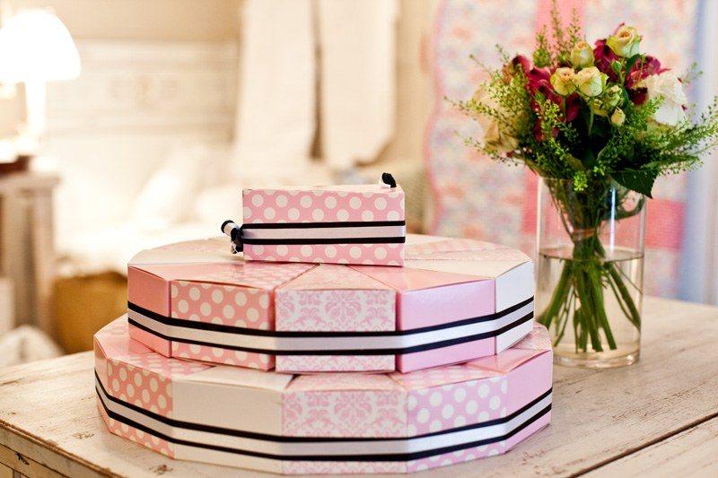 Dort složený ze svatebních krabiček