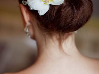 Svatební drdol zdobený orchidejí