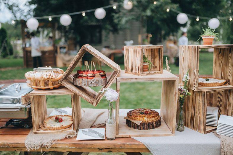 Dřevěné dekorace pro venkovní vintage svatbu