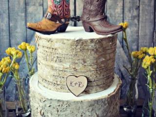 Dřevěný svatební dort s country kozačkami
