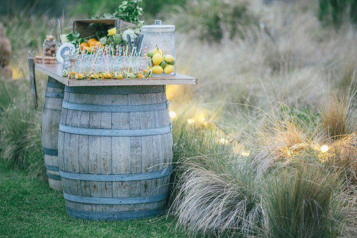 Dřevěné sudy a barely na svatbě – netradiční svatební dekorace