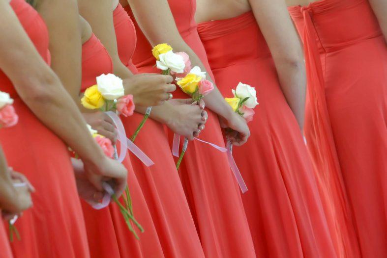 Družičky v oranžových šatech