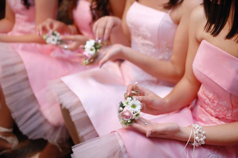 Družičky ve světle růžových šatech