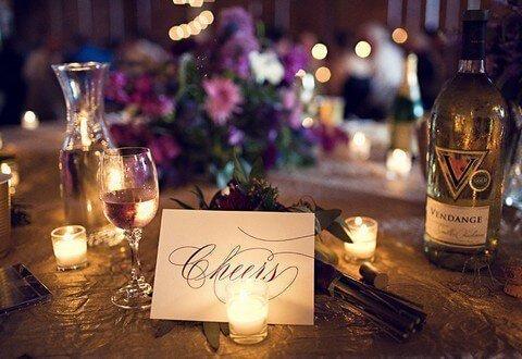 Fialová svatební hostina