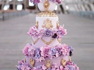 Fialovo zlatý patrový dort