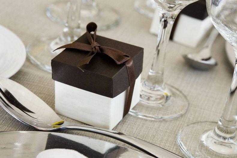 Hnědo-bílá krabičky na dárky pro hosty