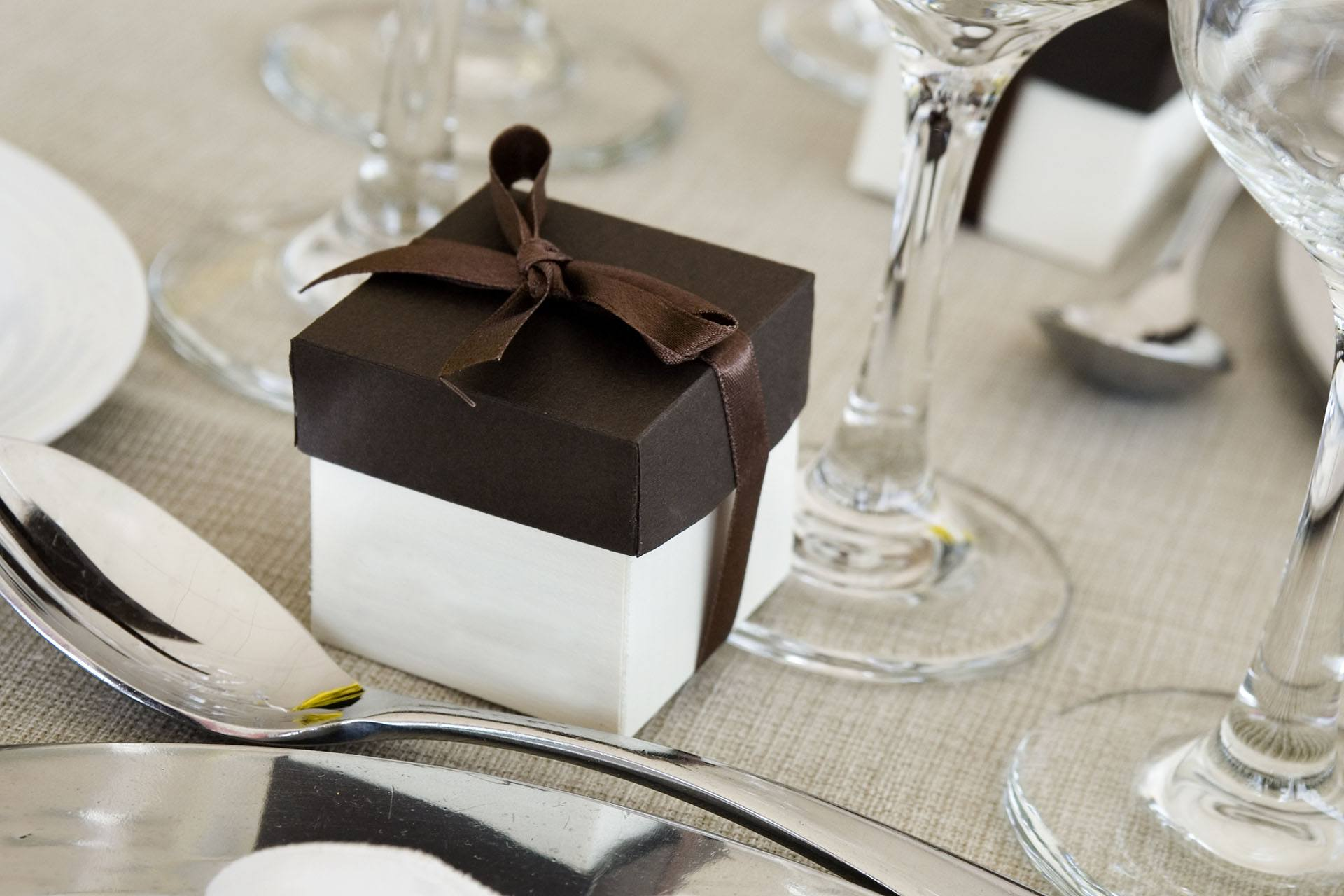 Hnědo-bolí krabičky na dárky pro hosty