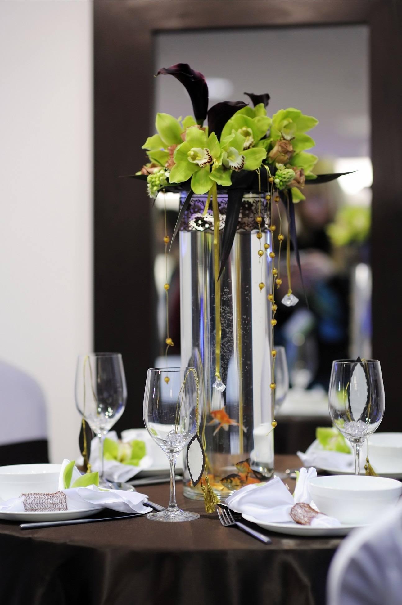 Hnědo-černo-zelená dekorace svatebního stolu