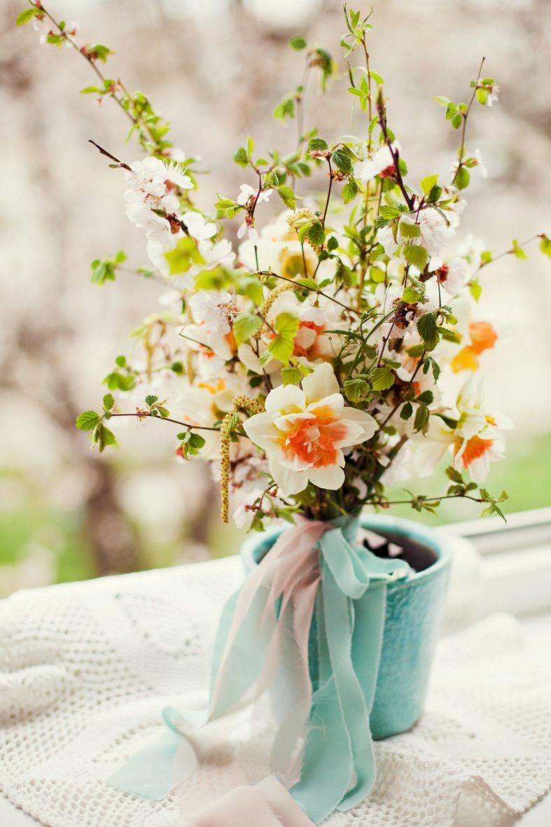 Jarní kytice s větvičkami a narciskami