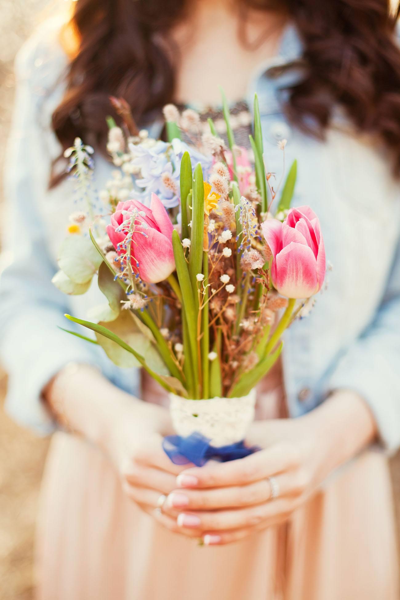 Jarní kytice s tulipány a narcisy