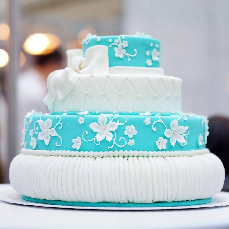 Jednoduchý tyrkysovo-bílý svatební dort