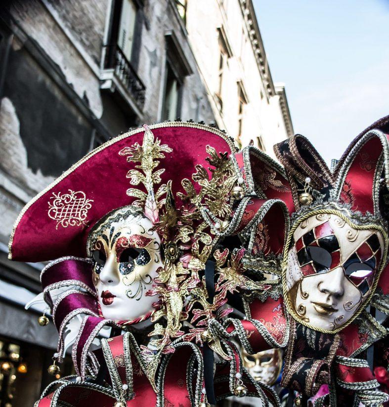 Karnevalové masky při karnevalu v Benátkách