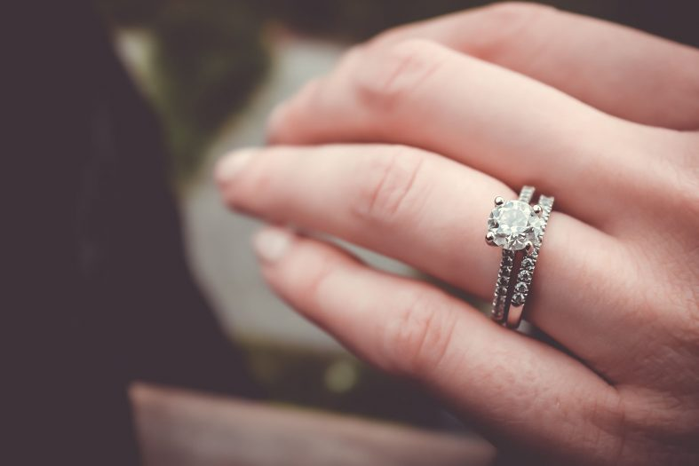 Kde nosit snubní a zásnubní prsten