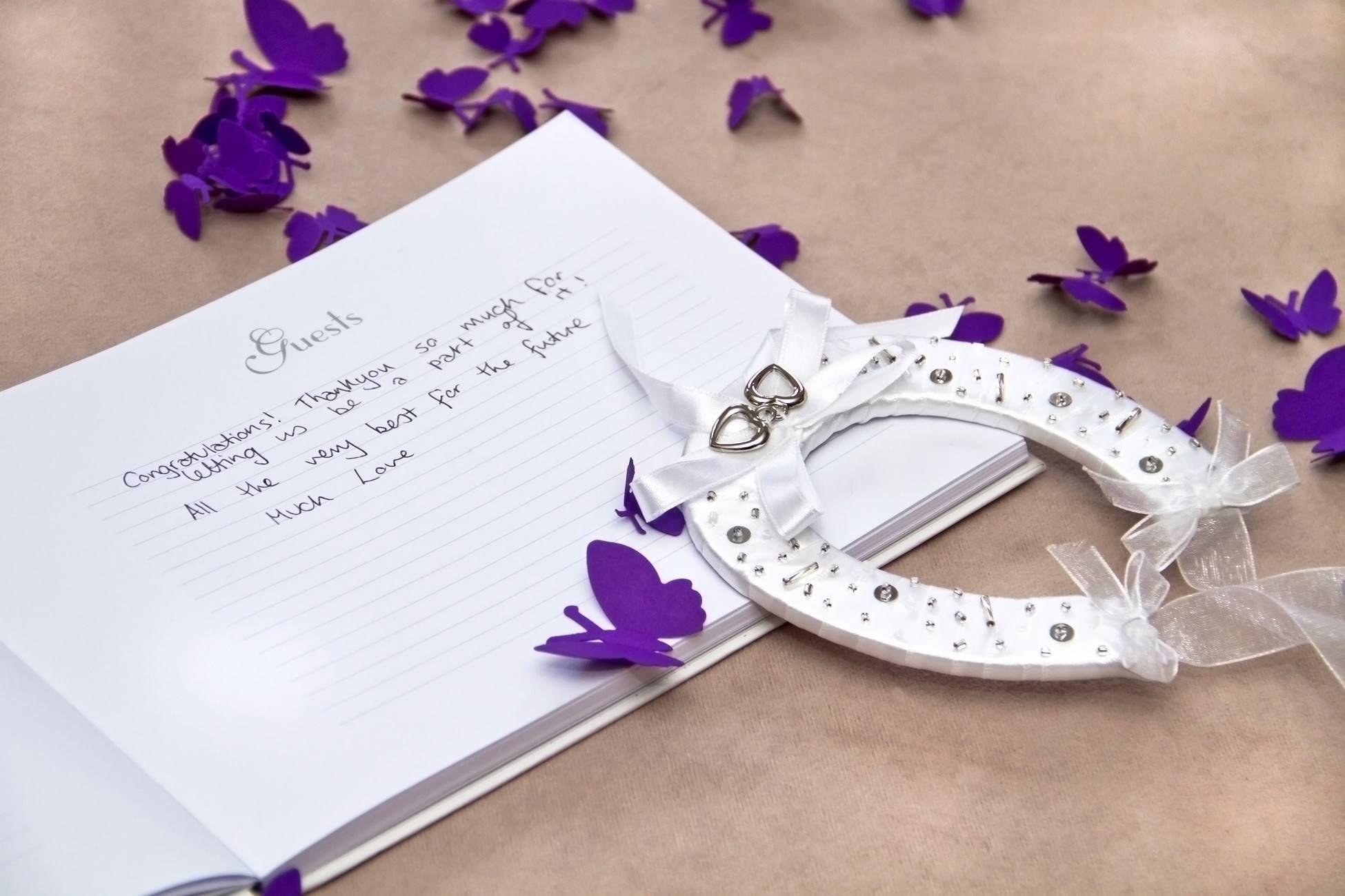 Kniha hostů s fialovo-bílými dekoracemi