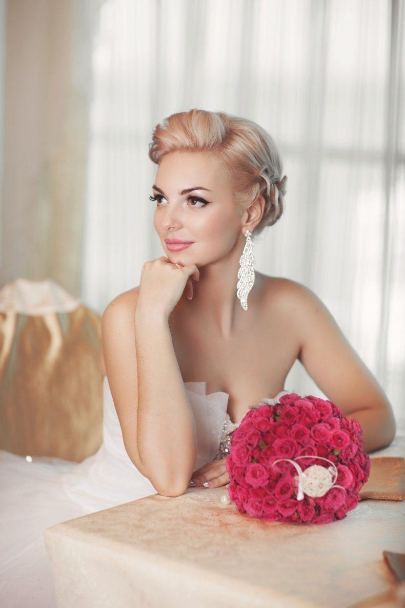 Krásná nevěsta s kyticí růží