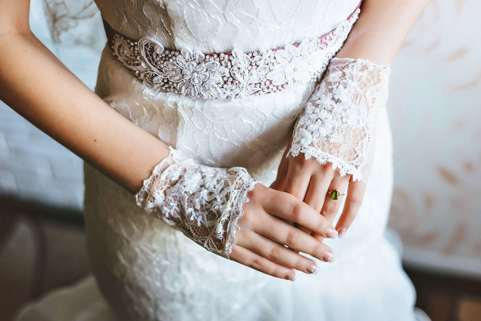 Krátké krajkové svatební rukavice