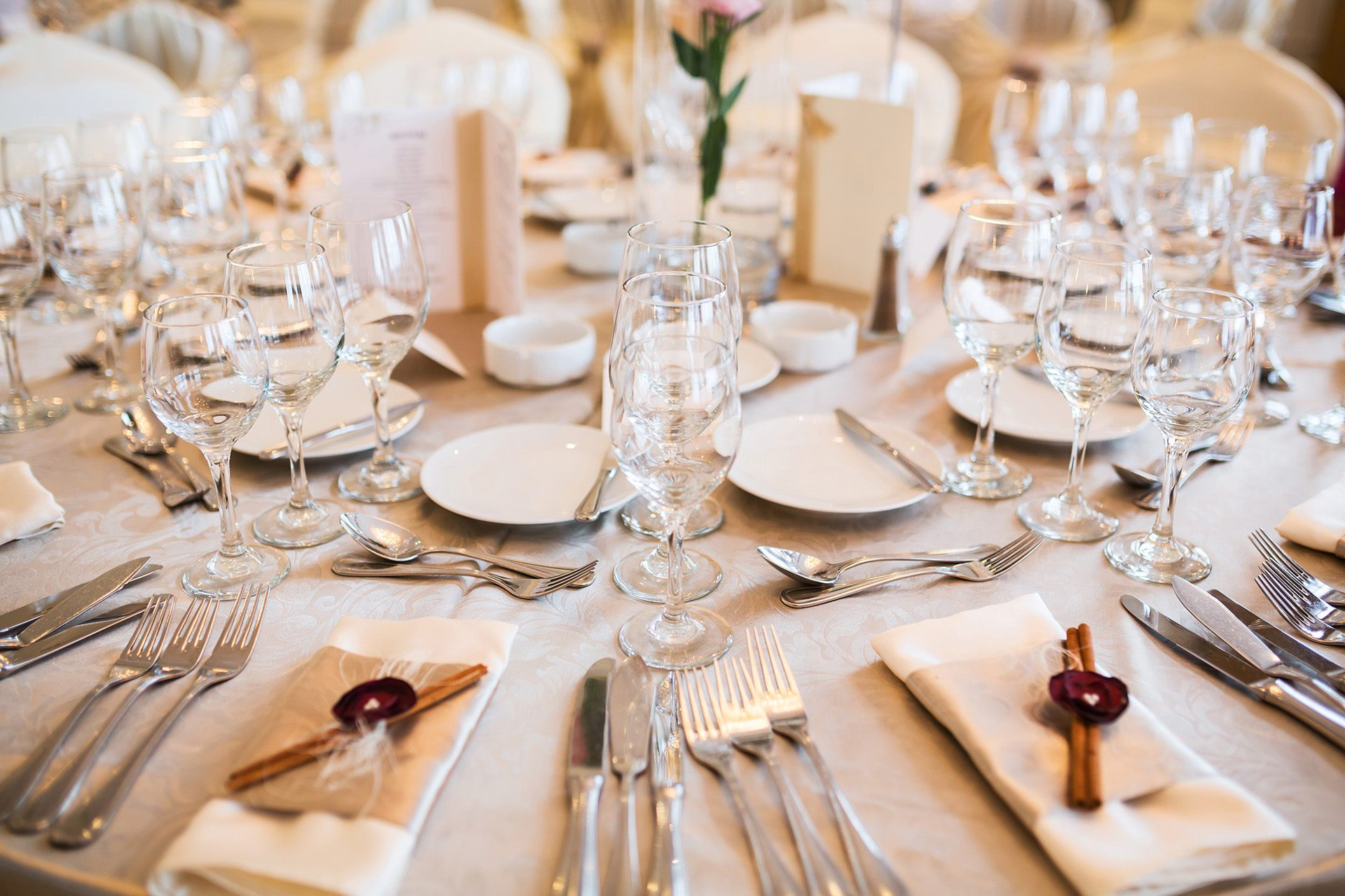 Krémově-bílá prostřená svatební tabule