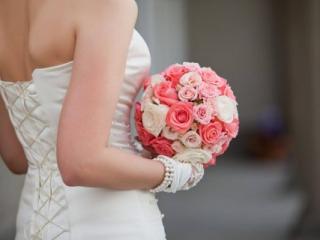 Kulatá svatební kytice z bílých a růžových růží
