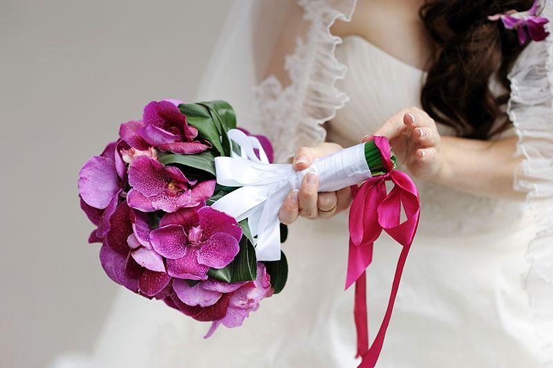 Kulatá svatební kytice z fialových orchidejí