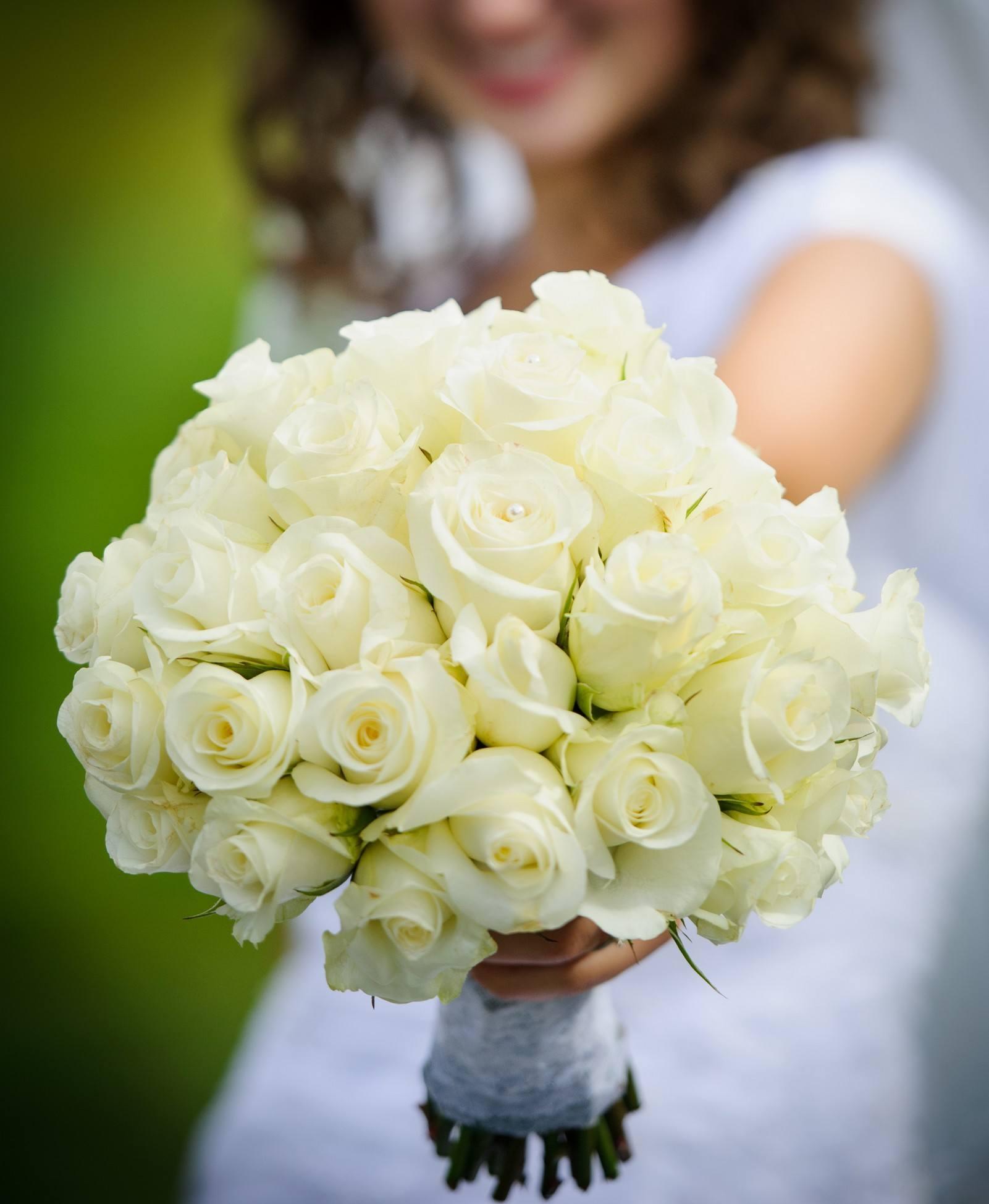 Kulatá svatební kytice z krémovýchrůží