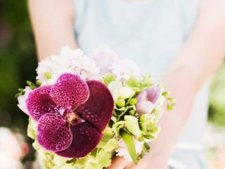 Kulatá svatební kytice s orchidejí