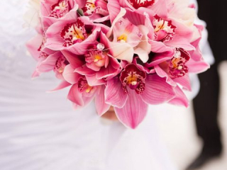 Kulatá svatební kytice z růžových orchidejí