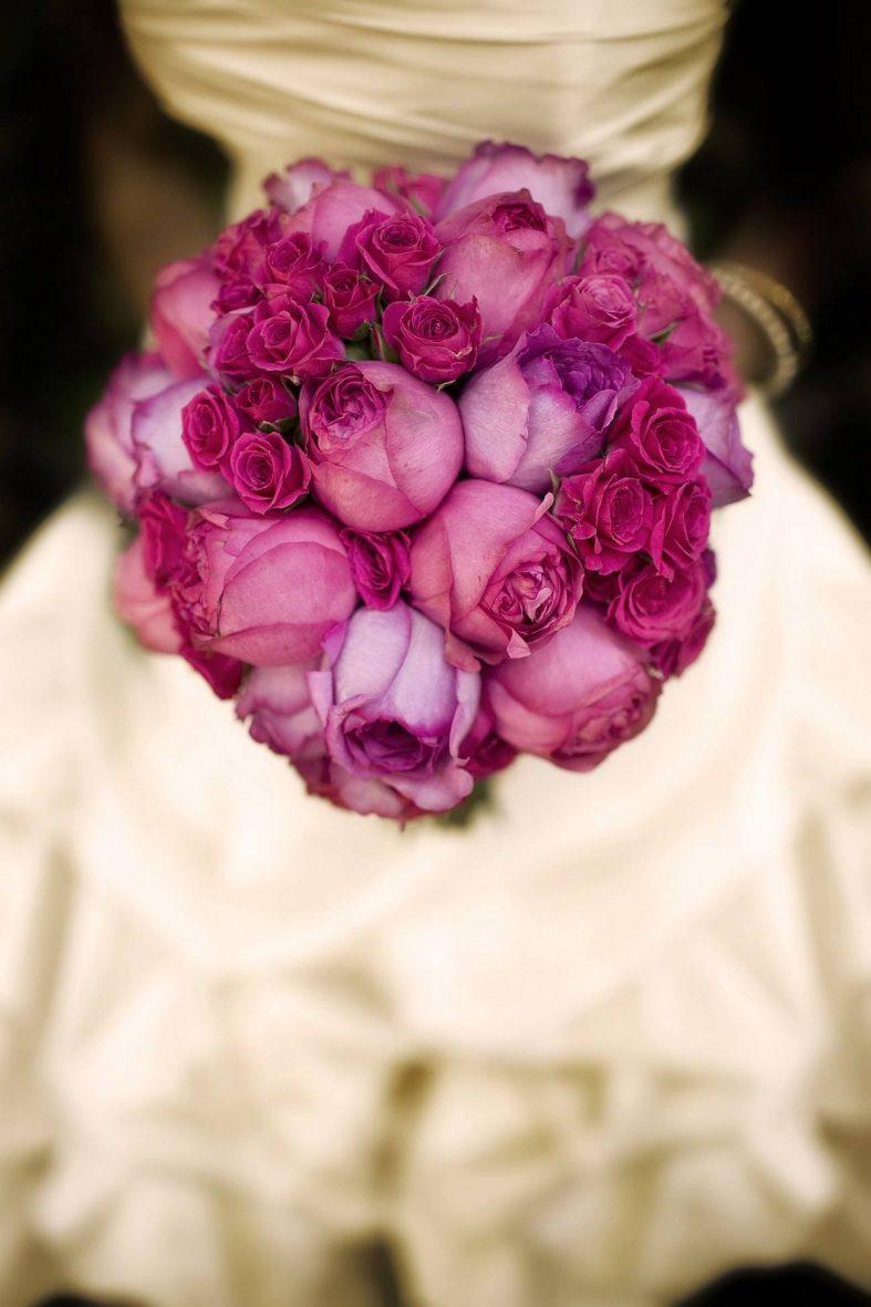 Kulatá svatební kytice z růžových růží