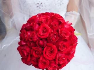 Kulatá svatební kytice ze sytě červených růží