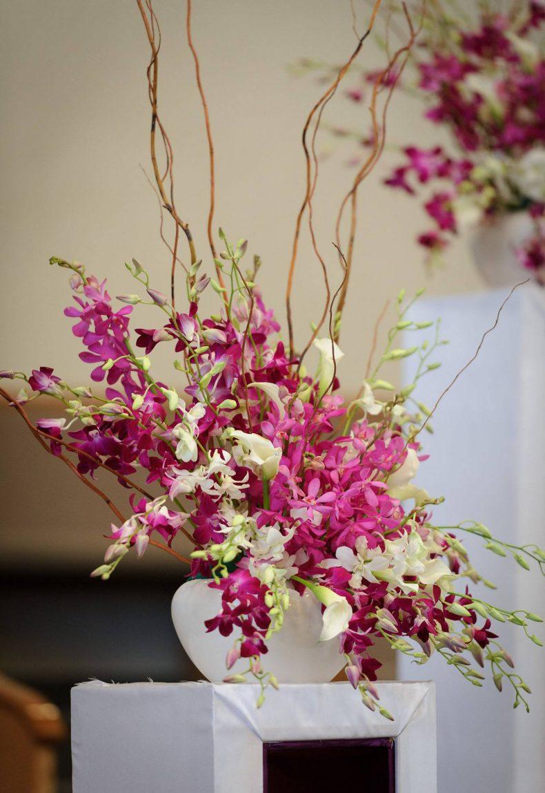 Květinová dekorace z divokých orchidejí a kal
