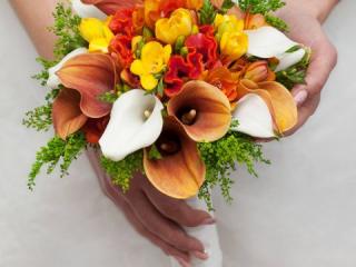 Kytice se žlutými krokusy, bílými a oranžovými kalami