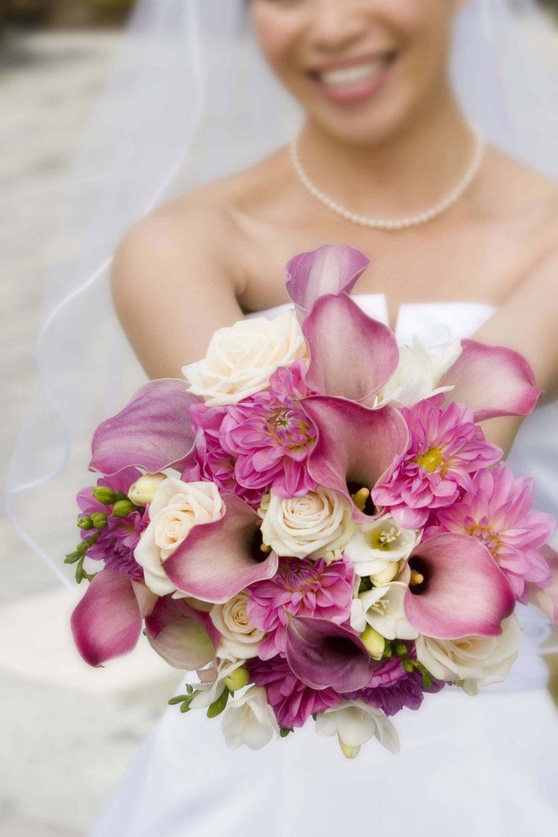 Velká kytice kombinovaná z růžových kal a bílých růží