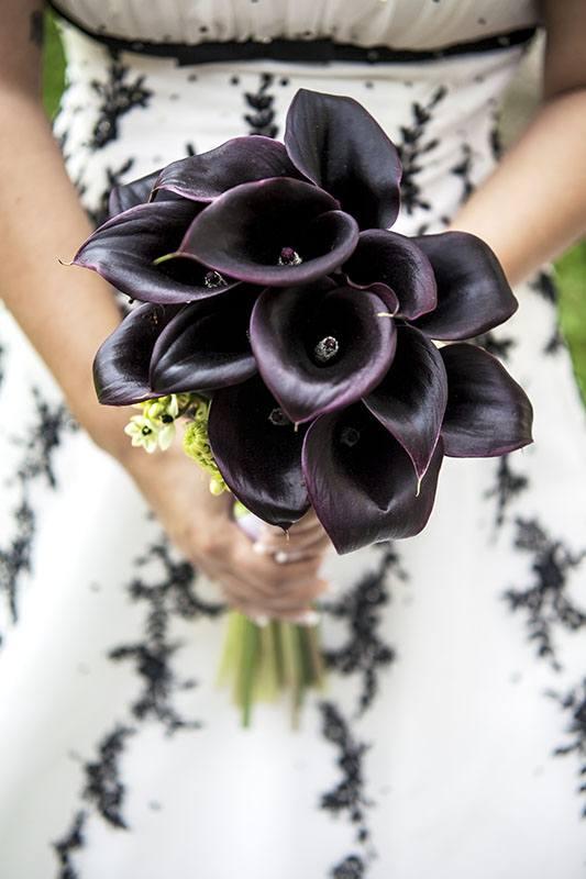 Kytice z tmavě fialových kal