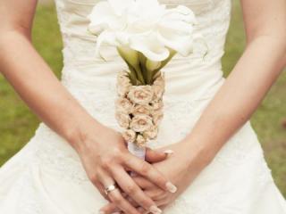 Kytice z bílých kal a béžových růží