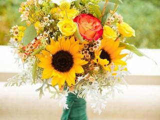 Kytice ze slunečnic a růží