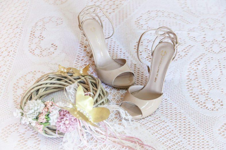 Lesklé krémové boty na podpatku