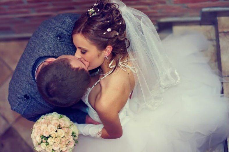 Líbající se nevěsta s ženichem