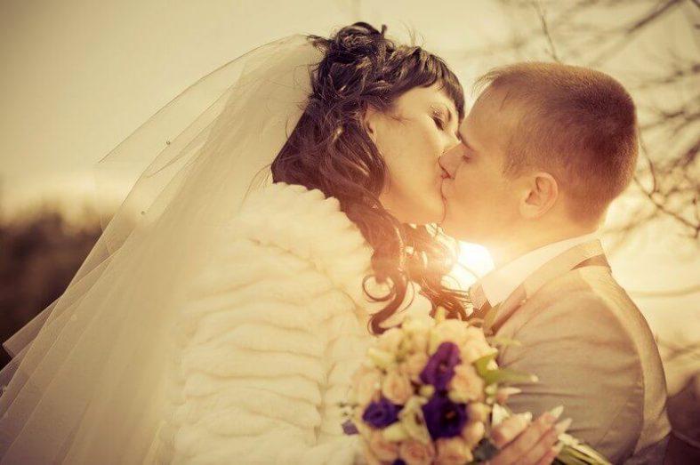 Líbající se novomanželé