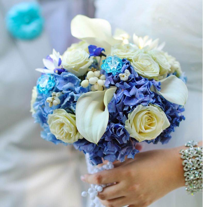 Modro béžová svatební kytice
