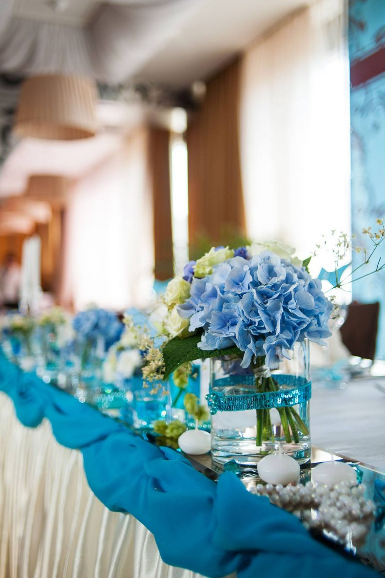 Modro-bílá dekorace svatební tabule s hortenziemi